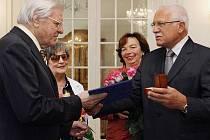 Václav Klaus (vpravo s manželkou Livií) udělil 12. srpna 2009 na zámku v Lánech Zlatou plaketu prezidenta republiky houslistovi Josefu Sukovi (vlevo s manželkou Marií) u příležitosti jeho 80. narozenin.