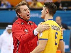 Česko - Švédsko: Filip Jícha s hvězdou soupeře Kimem Anderssonem