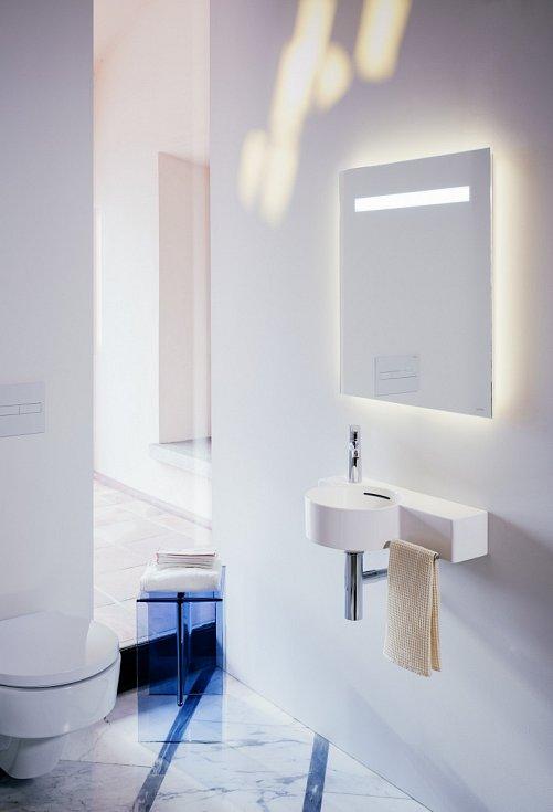 Osvětlení by ale mělo také dokázat vytvořit intimní atmosféru vhodnou na relaxaci. Teplé bílé světlo by proto nemělo chybět například v podobě stropních směrovaných reflektorků a lokálních kolem zrcadla.