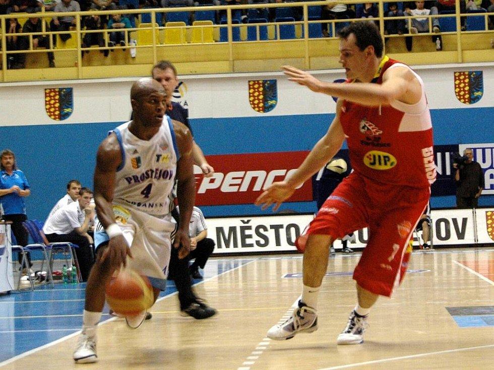 Basketbalisté Pardubic (v červeném) senzačně porazili Prostějov.