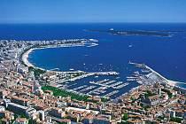 Francouzské město Cannes u Středozemního moře - ilustrační foto