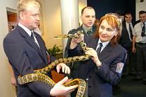 Účastníci bezpečnostního školení se na mošnovském letišti dozvěděli, jak postupovat při nálezu pašovaných zvířat.