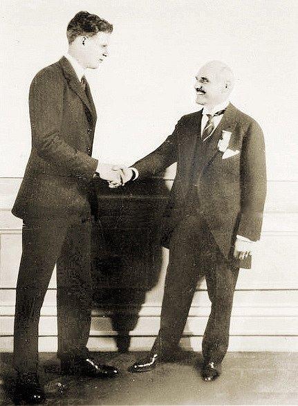 Lindbergh ve společnosti Raymonda Orteiga, amerického podnikatele a hoteliéra, který v roce 1919 nabídl vyplacení 25 000 dolarů za první nepřerušený přelet Atlantského oceánu z New Yorku do Paříže – Orteigovu cenu