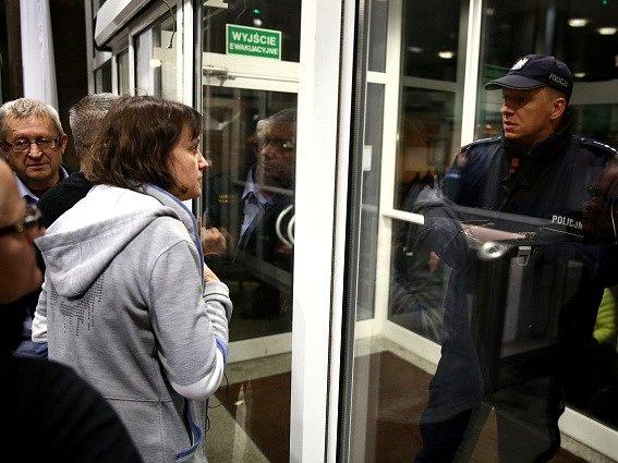Nespokojení demonstranti ve Varšavě vtrhli do sídla volební komise.