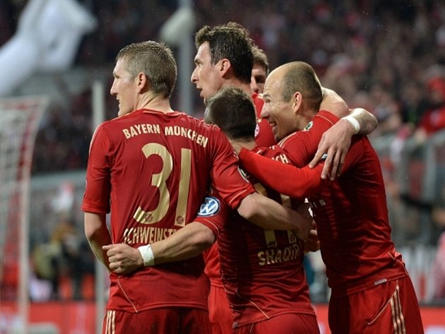 Fotbalisté Bayernu Mnichov (zleva) Bastian Schweinsteiger, Xherdan Shaqiri, Mario Mandzukič a Arjen Robben se radují z gólu proti Wolfsburgu.