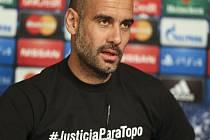 Trenér Bayernu Mnichov Pep Guardiola přišel na tiskovou konferenci v tričku s nápisem #JusticiaParaTopo, kterým podpořil vyšetření úmrtí argentinského novináře při loňském fotbalovém MS v Brazílii.