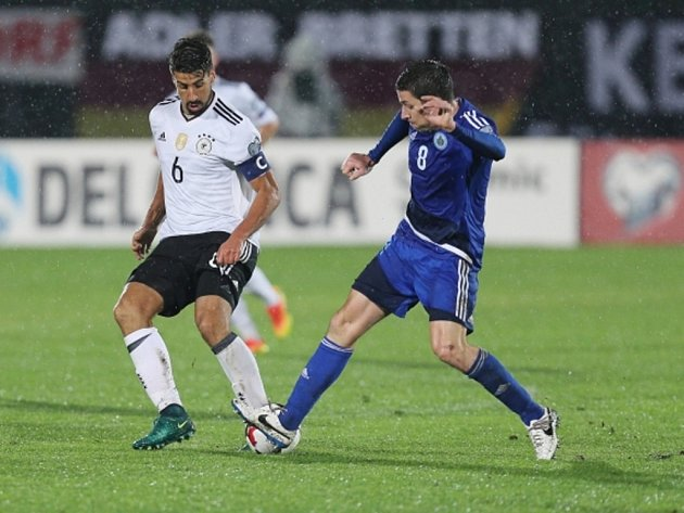 Sami Khedira z Německa (vlevo) proti San Marinu.