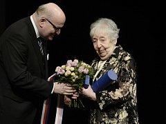 Ministr kultury Daniel Herman (vlevo) předal 26. února v Praze v rámci festivalu Mene Tekel ocenění Dáma české kultury malířce Helze Hoškové-Weissové.