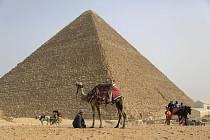 Egypt, pyramida v Gíze, turisté  - ilustrační foto
