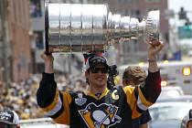Sidney Crosby z Pittsburghu se slavným Stanley Cupem.