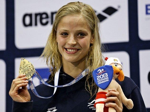 Mistryně Evropy Simona Baumrtová s vytouženou zlatou medailí ze závodu na 50 metrů znak.