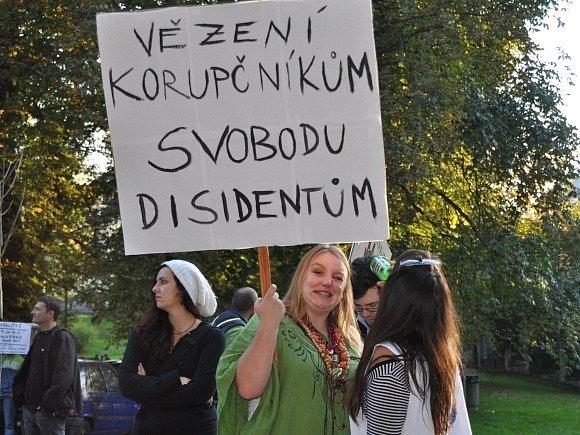 Zhruba tisícovka příznivců vězněných členek ruské punkové skupiny Pussy Riot a příznivců techna se sešla 28. září před ruskou ambasádou v Praze.