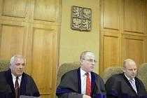 Soudce Robert Pacovský (uprostřed) na lavici soudců Krajského soudu v Praze.