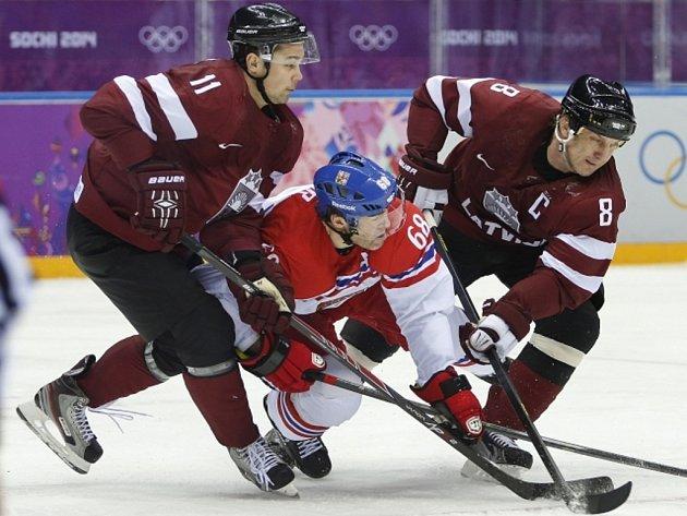 Tudy to nepůjde. Lotyšští hokejisté sevřeli útočícího Jaromíra Jágra (uprostřed).
