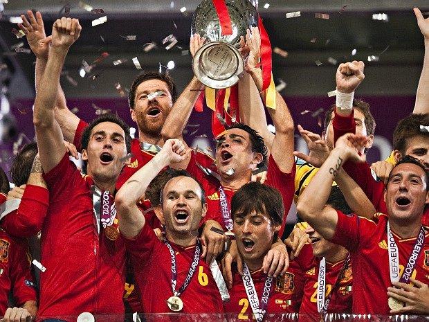 Španělští fotbalisté po vítězném finále ME v roce 2012 v Kyjevě.