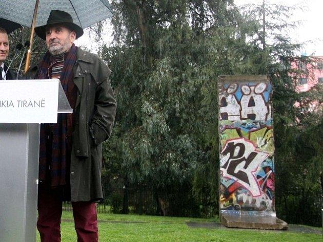 V Tiraně byl odhalen pomník obětem komunistického režimu