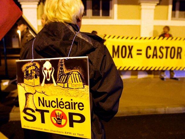 Aktivisté ve Francii usilují o zastavení vlaku, který převáží jaderný odpad.