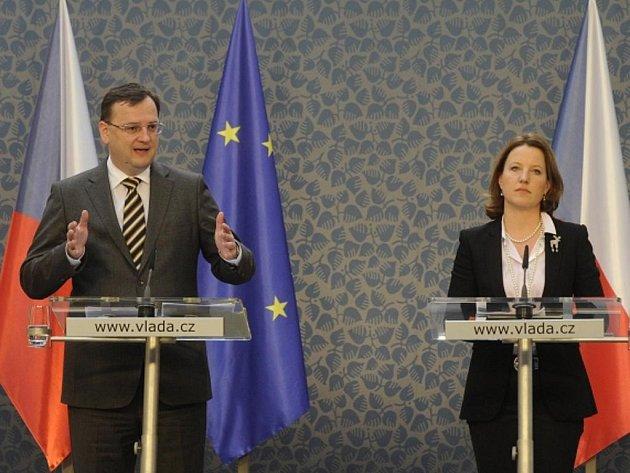 Premiér Petr Nečas a místopředsedkyně vlády Karolína Peake vystoupili 14. února v Praze na tiskové konferenci k plánům a výsledkům koaliční vlády v oblasti boje proti korupci.