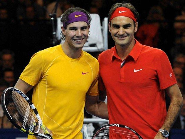 Rafael Nadal (vlevo) a Roger Federer před charitativním zápasem.