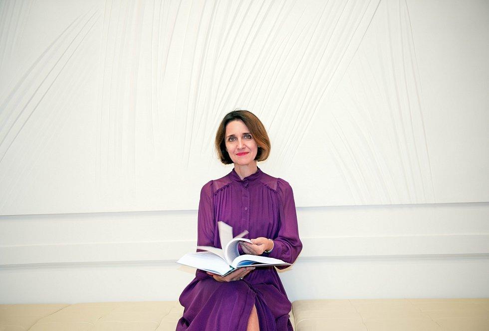 """""""Ženy se `vytrácejí` často kvůli mateřským povinnostem, které je v kariéře zpomalí. Svou roli hraje i tradice – v drtivé většině českých rodin je hlavní pečovatelkou stále žena,"""" říká Kateřina Šimáčková."""