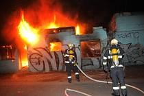 Hasiči jednotek HZS Praha a HZS SŽDC likvidovali požár požár objektu demolice v areálu Hlavního nádraží.