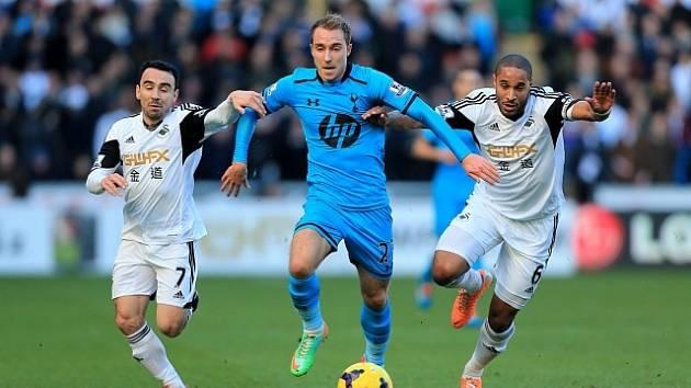 Christian Eriksen ještě v dresu Tottenhamu (uprostřed) si v zápase Dánska proti Finsku prožil okamžiky hrůzy.