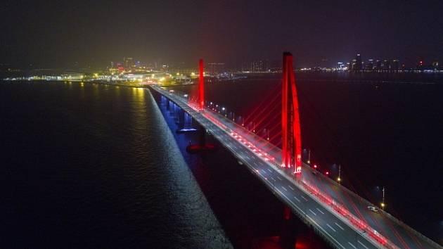 Nejdelší most přes moře, který spojuje Hongkong a Macao.
