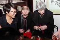 Theresa Mayová v čínské Šanghaji