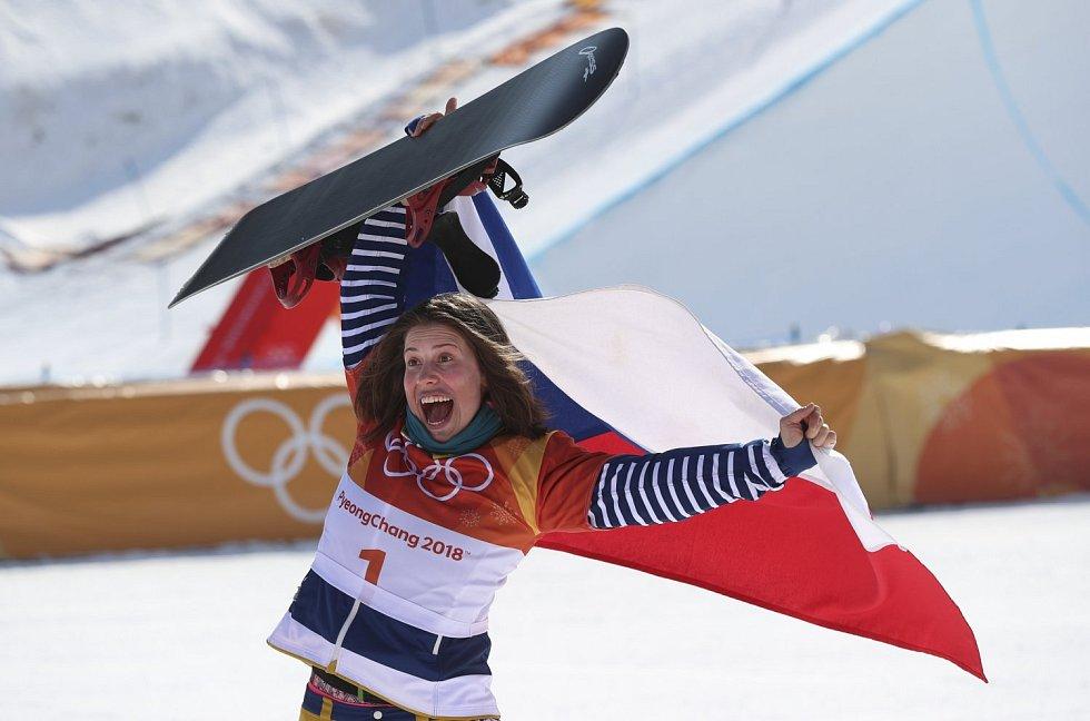 Eva Samková se raduje na olympijských hrách v Pchjongčchangu z bronzové medaile.