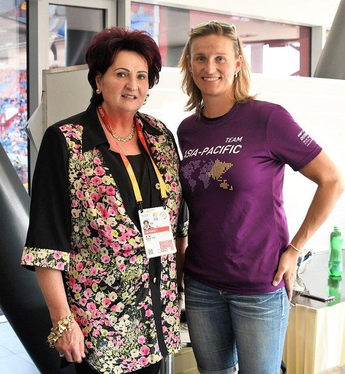 Helena Fibingerová na Kontinentálním poháru v Ostravě, na snímku s oštěpařkou Bárou Špotákovou