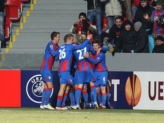 Fotbalisté Plzně se radují z gólu proti Schalke.