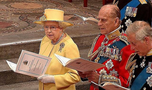 Královna Alžběta II. na svatebním obřadu.