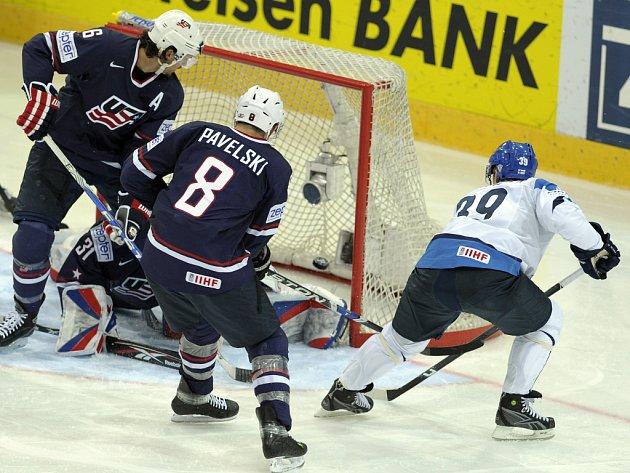 Fin Niko Kapanen (vpravo) překonává brankáře USA Roberta Esche.