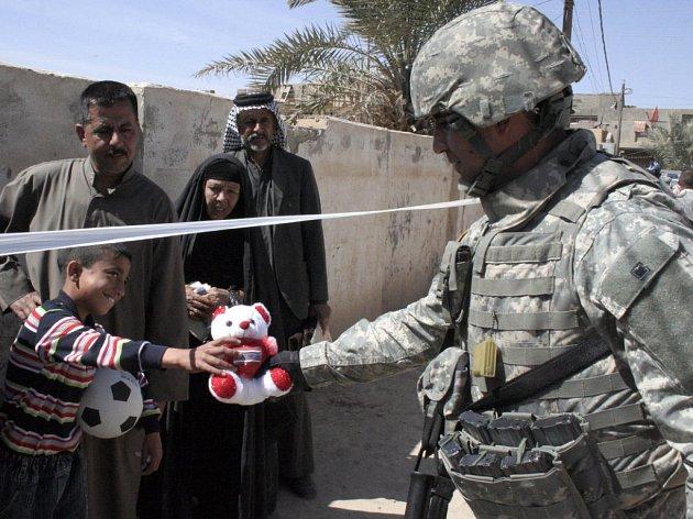 Americký voják obdarovává irácké dítě. Ilustrační foto.