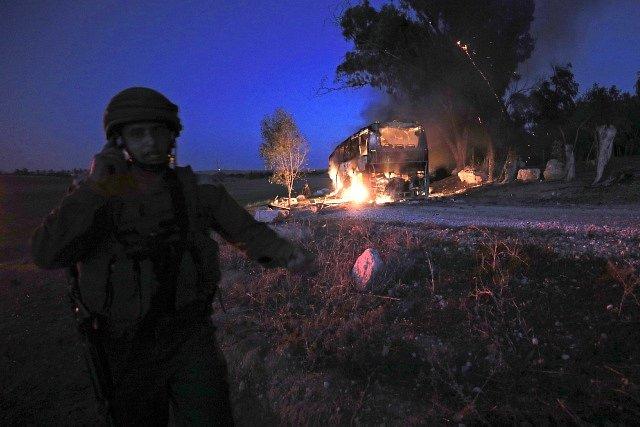 Autobus na území Izraele, na který Palestinci vypálili raketu.