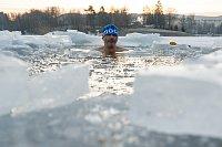 Petr Vobořil při zimním koupání v jablonecké přehradě Mšeno na snímku z 14. února.