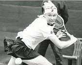 JANA NOVOTNÁ (2. 10. 1968 19. 11. 2017) Česká tenisová trenérka, profesionální tenistka a světová jednička v ženské čtyřhře hrála na okruhu WTA v letech 1987 až 1999. Třikrát hrála finále dvouhry ve Wimbledonu, v roce 1998 vítězně.