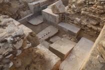 Pohled do poničené kaple Chuyho hrobky s jedinečným obětním stolem
