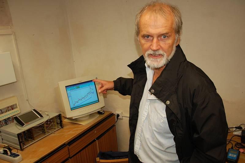 Technické zázemí seismologické stanice ve Skalné je v chatce pod hradem. Vybavení popsal geodynamik Jan Mrlina.
