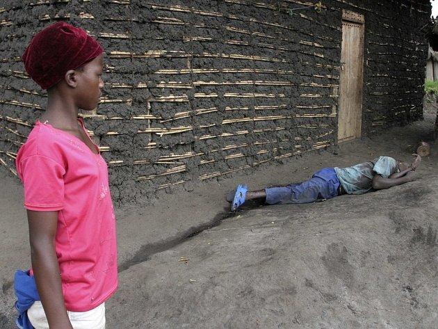 Dívka sleduje tělo mrtvého v konžském městě Kiwanja.