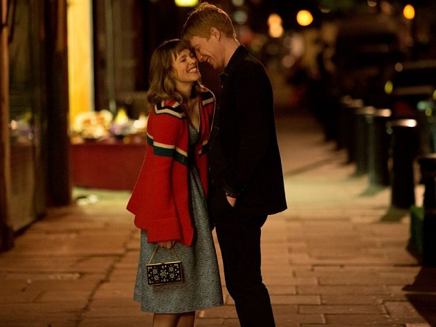 LÁSKA V ČASE. Mary a Tim v samém začátku své šťastné známosti: Rachel McAdams a Domhnall Gleeson.