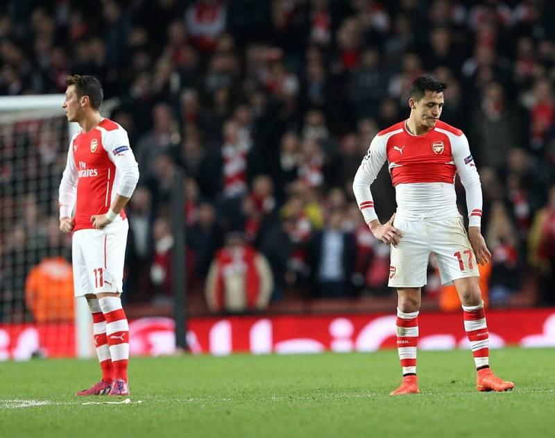 """Mesut Özil (vlevo) a Alexis Sánchez, smolaři z Arsenalu, nevěří: """"Vážně jsme prohráli 1:3?"""""""