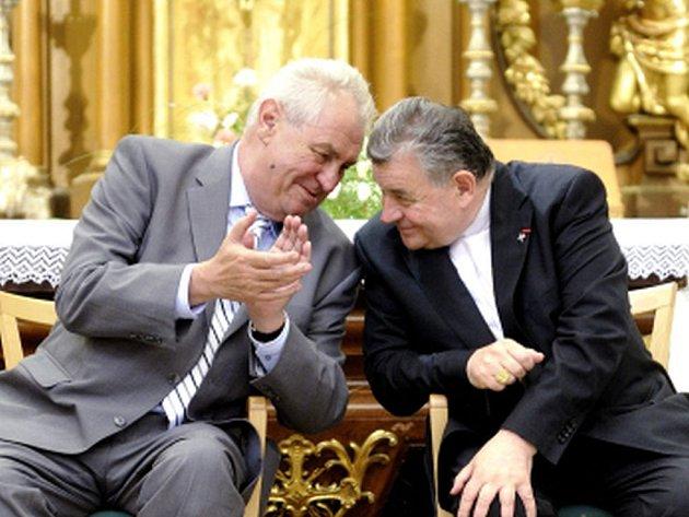 Prezident Miloš Zeman se dnes sešel s pražským arcibiskupem, kardinálem Dominikem Dukou. Konzultovali spolu připravovanou dohodu o majetkoprávním vyrovnání týkajícím se církevních budov na Pražském hradě.