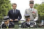 Vlevo francouzský prezident Emmanuel Macron, vpravo náčelník generálního štábu François Lecointre při vojenské přehlídce pořádané u příležitosti francouzského státního svátku