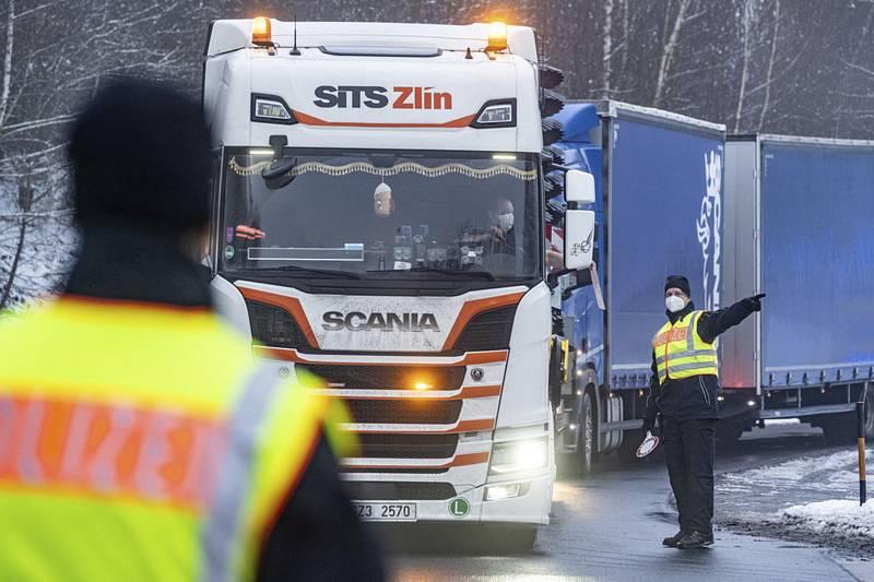 Kontrola kamionu na přechodu ve Waidhausu
