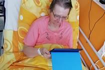 Pacienti v nemocnici v Sokolově mohou vidět své blízké alespoň přes tablet