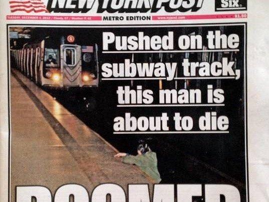 Ve Spojených státech vyvolal pohoršení deník New York Post, který v úterý zveřejnil na první straně fotografii zachycující muže krátce předtím, než ho v pondělí přejela a zabila souprava metra.