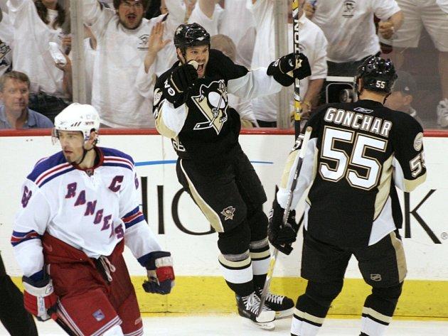 Hokejisté Pittsburghu se radují z gólu. Ani dvě asistence Jaromíra Jágra (vlevo) Rangers nezachránily.