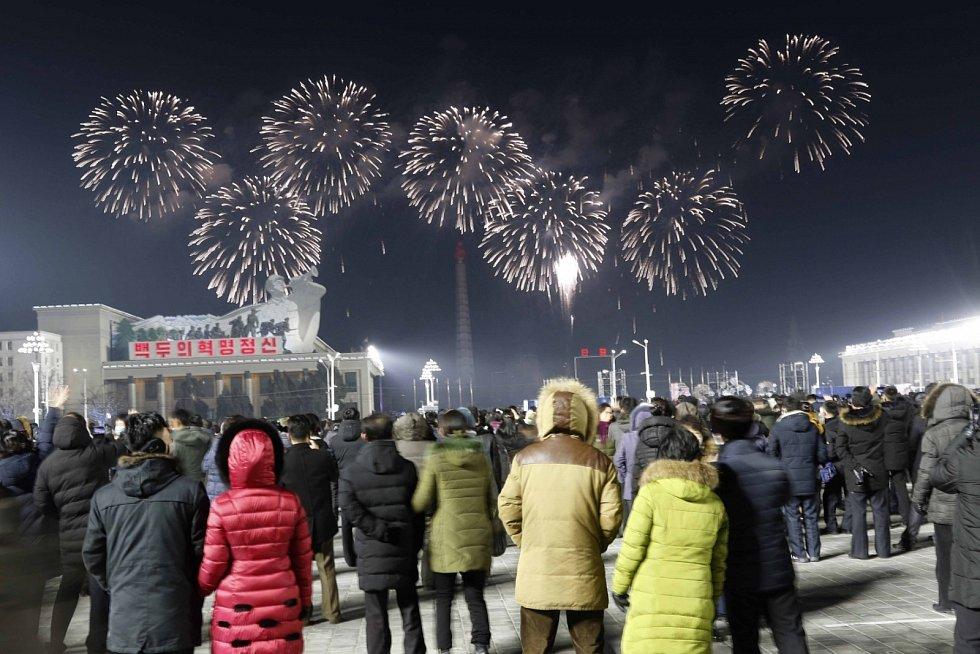 Vítání roku 2021 v severokorejském Pchjongjangu.