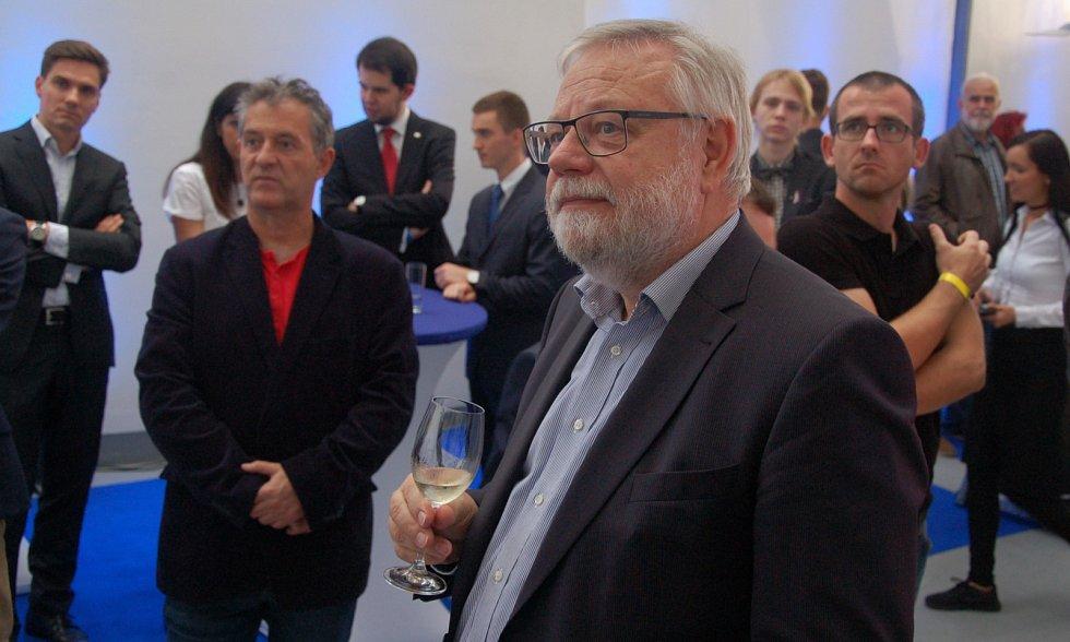 Senátor Oberfalzer si prohlíží volební výsledky